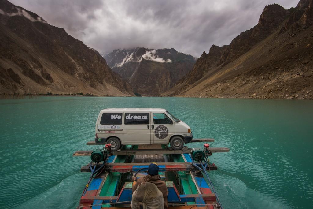Autolla Nepaliin-hyväntekeväisyysnäytös